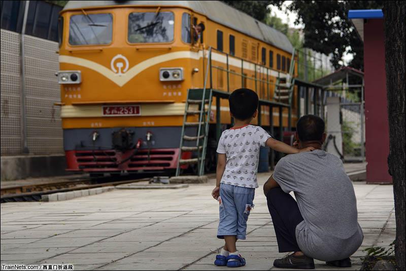 2016年6月。北京,西直门折返段,看火车的父子。(图/西直门折返段)