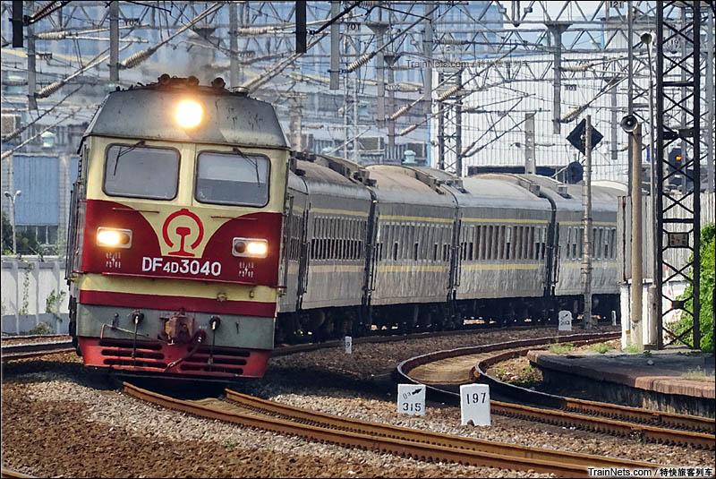2016年7月24日。杭州。K2275次(郑州-杭州)列车通过艮山门站。(图/特快旅客列车)