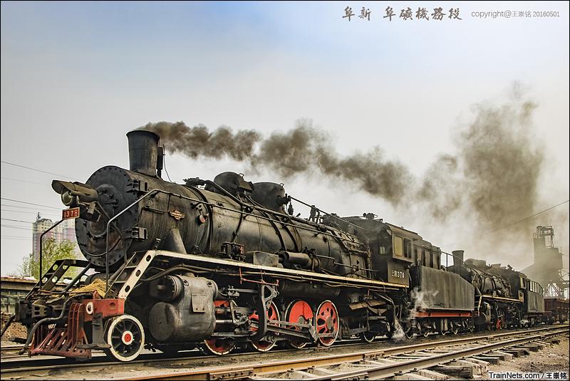 2016年5月1日。阜新矿双机上游机车牵引矿车。(图/王崇铭)