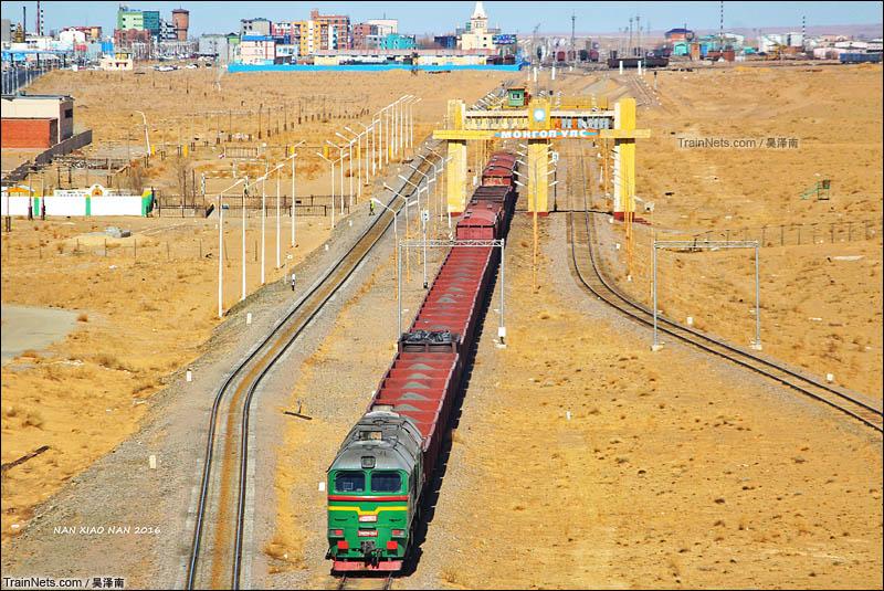 2016年4月3日。蒙铁2M62型内燃机车牵引货列跨越二连浩特国门前往中国境内的二连站。(图/吴泽南)