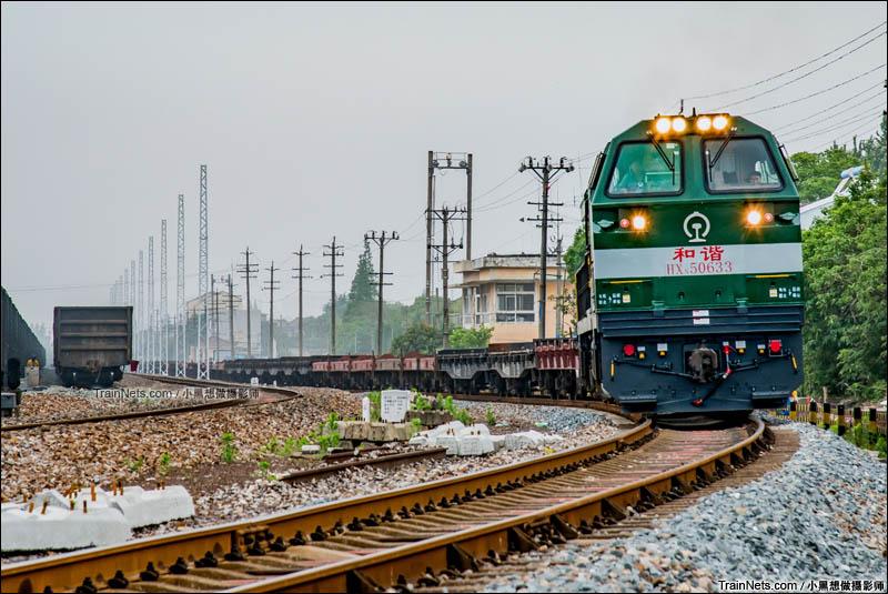 2016年6月9日 。芜湖东站,HXN5货列即将发车。芜湖东站是一座繁忙的纯内燃编组站,现在正进行电气化 改造,预计年底完工。这是芜湖东站最后的无网时光。(图/小黑想做摄影师)