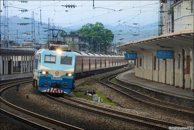 2014年3月31日。广东坪石。SS8牵引客车通过曲线的京广线坪石站。(图/杨利)