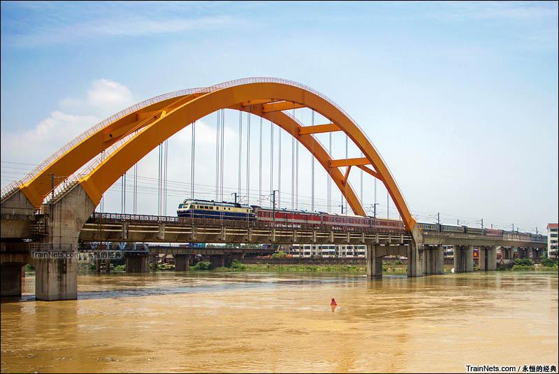 2016年6月。客车K789次(西安-南昌)通过永修昌九城际大桥。(图/永恒的经典)