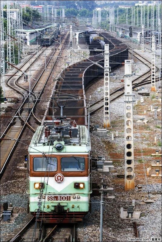 2016年8月3日。广西沿海铁路公司韶山3-8001号牵引货物列车通过黎塘站二场。(图/赵家乐)