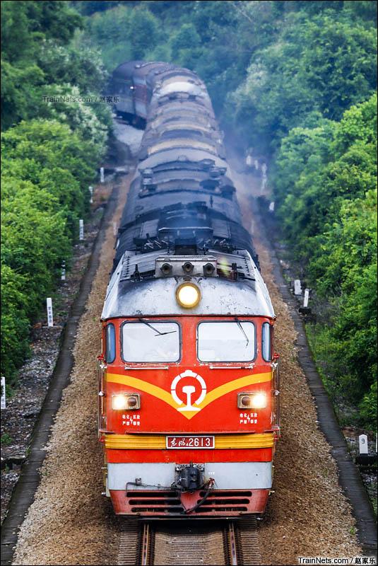 2016年8月4日。广东阳江。广铁广段的东风4型客运机车在广茂铁路牵引旅客列车以发挥余热。(图/赵家乐)