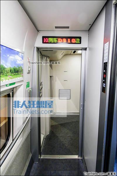 2016年8月6日。CRH2E型卧铺动车组。过道门,电子信息屏。(图/赵家乐)