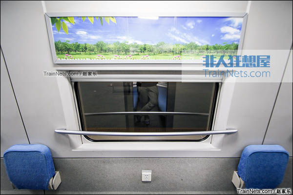 2016年8月6日。CRH2E型卧铺动车组。过道窗户。(图/赵家乐)