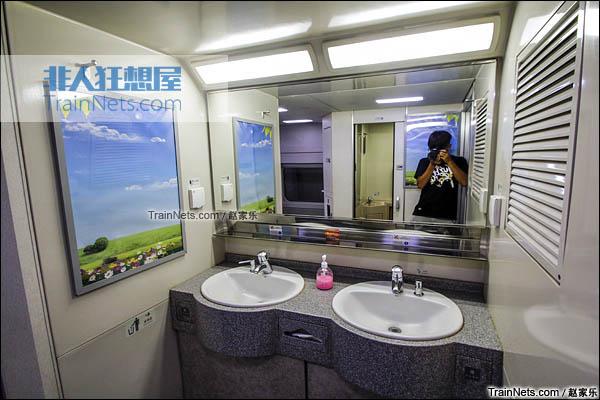 2016年8月6日。CRH2E型卧铺动车组。洗手台。(图/赵家乐)