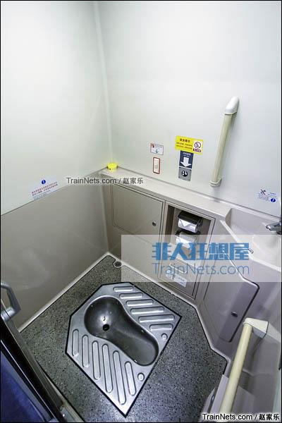 2016年8月6日。CRH2E型卧铺动车组。蹲式卫生间。(图/赵家乐)