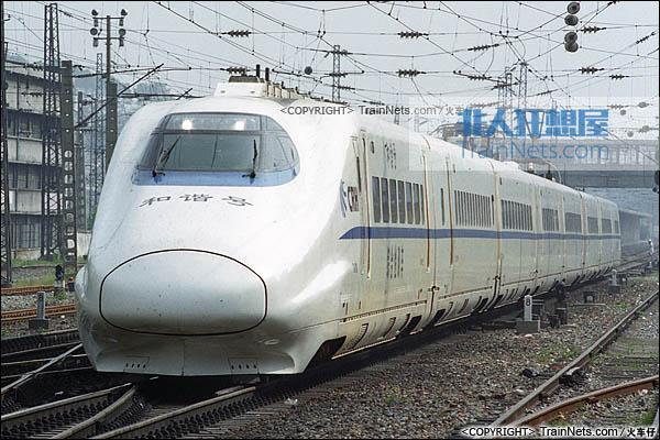 2007年7月。京广线。广东韶关站。CRH2-010A综合检测车。(图/火车仔)