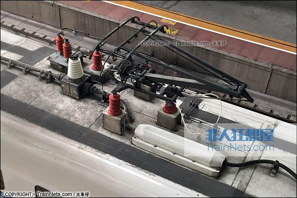 2016年9月。深圳北站。CRH2E型卧铺动车组。受电弓。(图/火车仔)