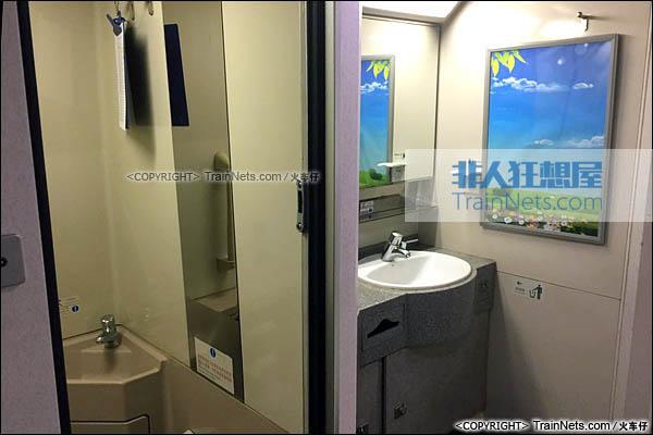 2016年9月。深圳北站。CRH2E型卧铺动车组。硬座车。洗手池及卫生间。(图/火车仔)