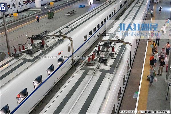 2015年8月。广州南站。CRH2E型卧铺动车组。车顶。(图/火车仔)
