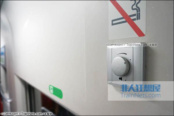 2015年8月。CRH2E型卧铺动车组。过道墙上音量开关。(图/火车仔)