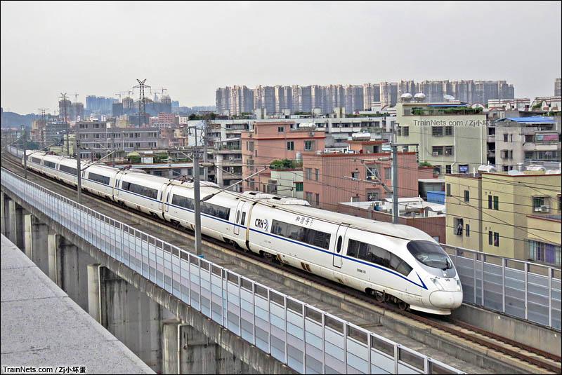 2016年7月。广东佛山南海。武广高铁的重联兔子北上,即将通过金沙洲隧道。(图/Zj小坏蛋)