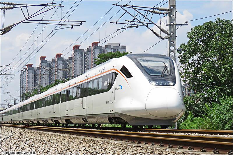 2016年7月。广州珠江大桥脚。由CRH6A担任的广佛肇城际C6856次(肇庆-广州)列车即将通过珠江大桥进入广州城区。(图/Zj小坏蛋)
