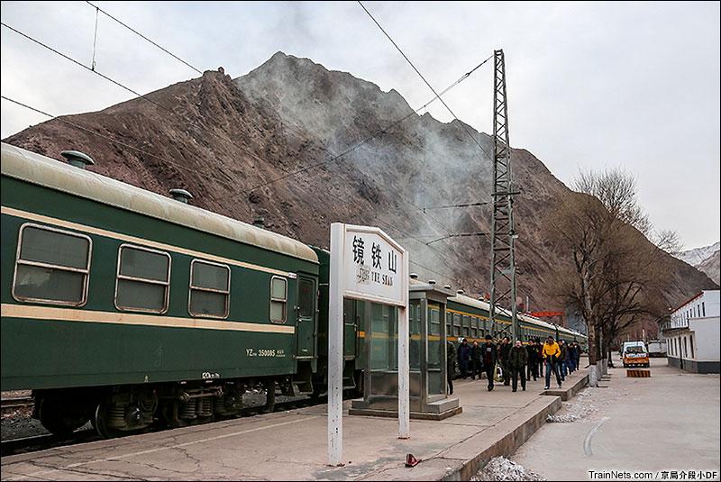 2016年1月。在镜铁山站蜂拥上车的矿区职工。(图/京局介段小DF)