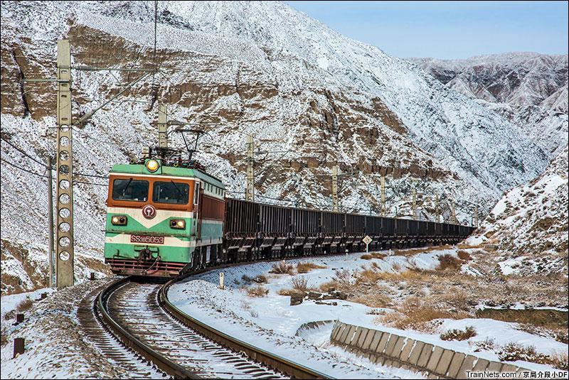 2016年1月。SS3牵引矿石列车穿行在峡谷中的。(图/京局介段小DF)