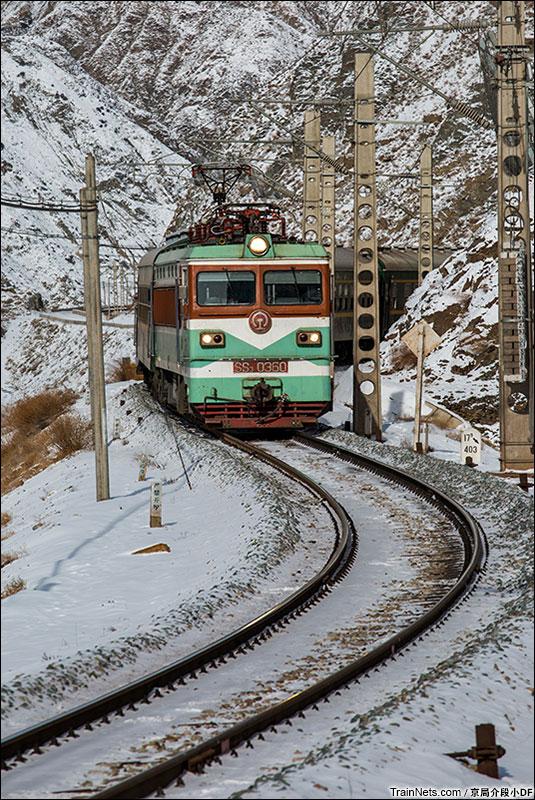 2016年1月。穿行在峡谷中的7521次列车,兰局的SS3担当牵引。(图/京局介段小DF)