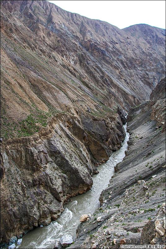 2016年6月。狼尾山站附近的深邃峡谷。(图/京局介段小DF)