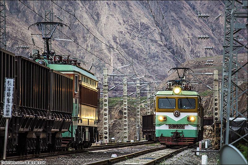 2015年7月。祁连山深处,SS3列车的会让。(图/京局介段小DF)