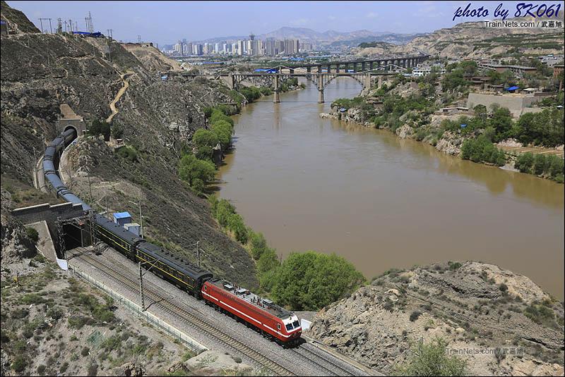 2016年5月2日。沿黄河而下的陇海线上行客车接近桑园子站。(图/武嘉旭)