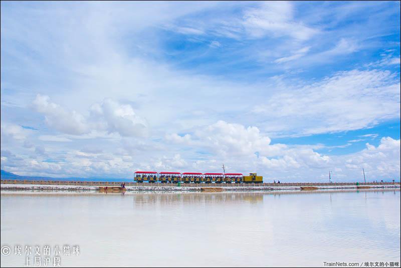 2016年8月15日。茶卡盐湖小火车在盐堤上行驶。(图/埃尔文的小猫咪)