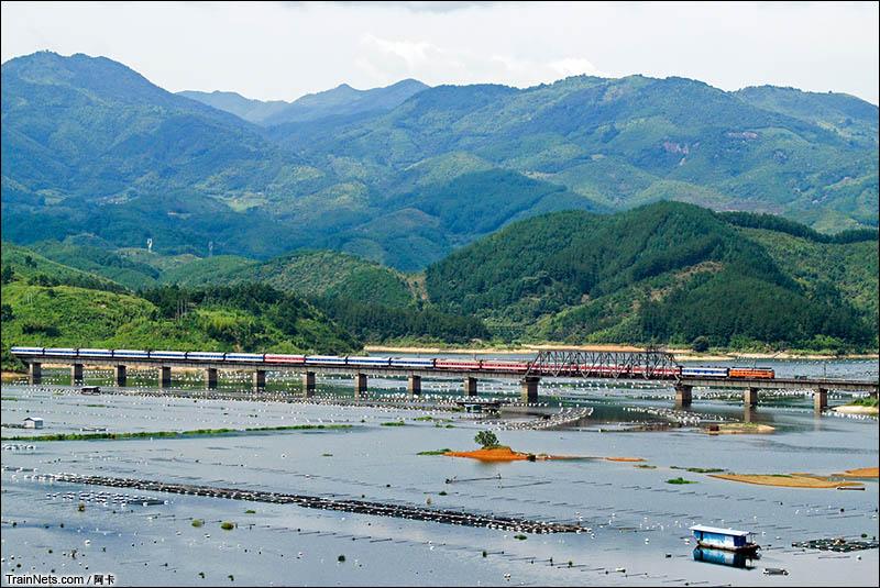 2013年8月18日。DF4B牵引福龙客车K637次(深圳-福州)通过峰福线古田溪大桥。(图/阿卡)