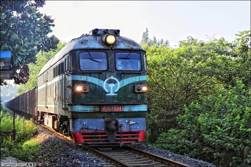 2016年8月12日。扬子石化公司东风4B牵引货列行驶在专用线上。(图/高福营)