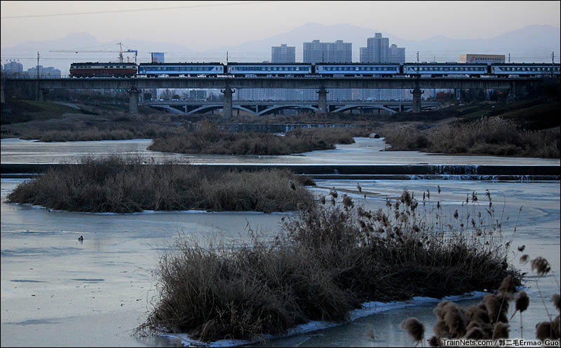 2016年1月24日。长安第二场雪后,7006次(西安-榆林)列车飞驰在西安十里铺桥。(图/郭二毛Ermao_Guo)