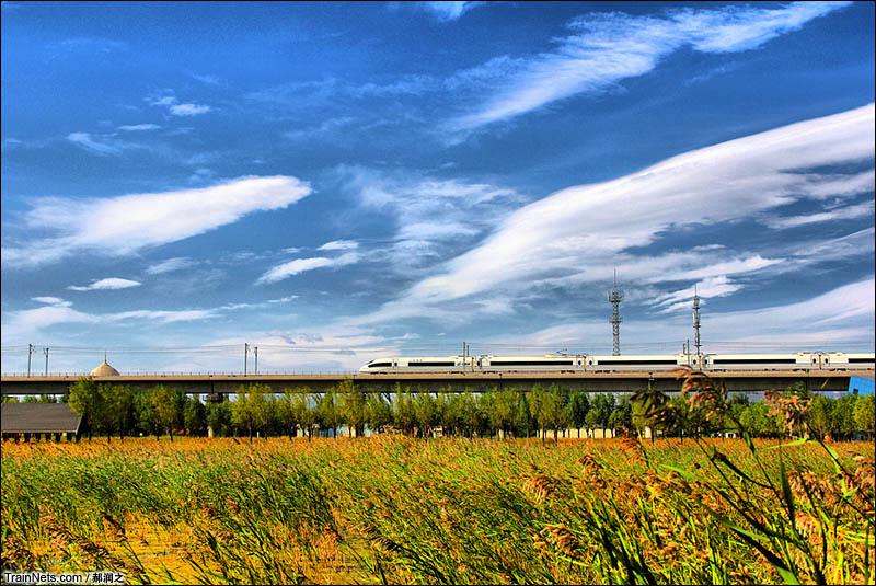 2015年10月。北京市丰台区园博园内,一列CRH3C南下前往石家庄方向。(图/郝润之)