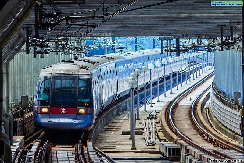 2016年7月。港铁东涌线青衣站,一列ADtranz-CAF TCL Train即将进站,前往东涌及沿途各站。(图/郝润之)