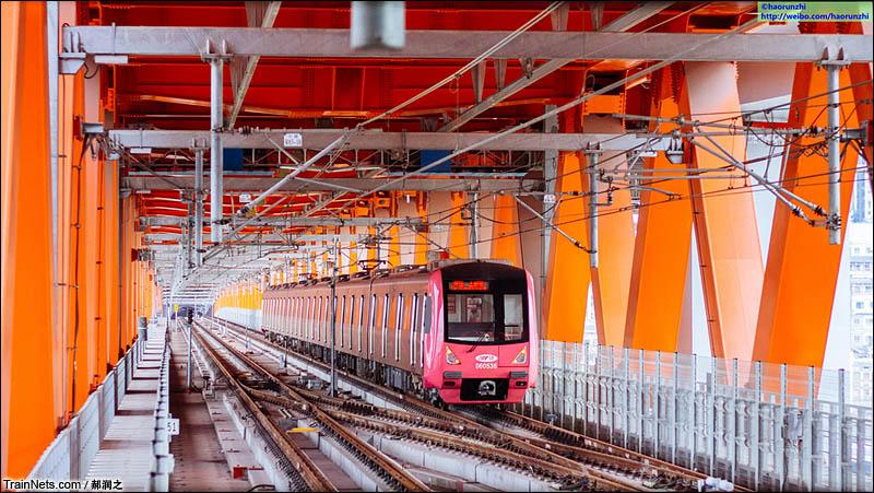 2016年7月。重庆轨交六号线大剧院站,列车刚刚开出,行走在千厮门嘉陵江大桥下层,前往上新街站。(图/郝润之)