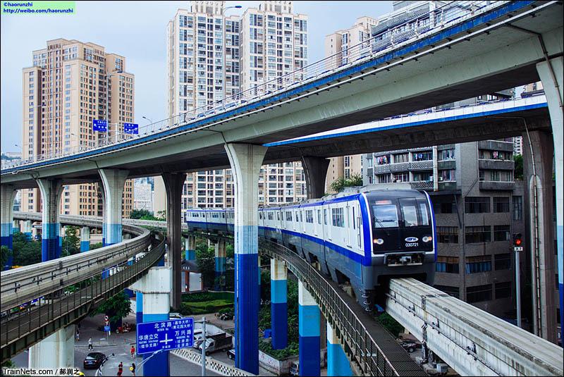 2016年7月,重庆轨交三号线华新街站,一列跨座式单轨列车刚刚开出,前往九公里方向。(图/郝润之)