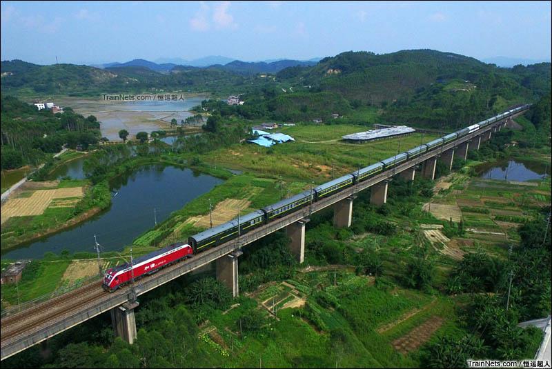 2016年7月16日。京广线。HXD1D-0418号机车牵引列车通过飞来峡车站。(图/恒运超人)