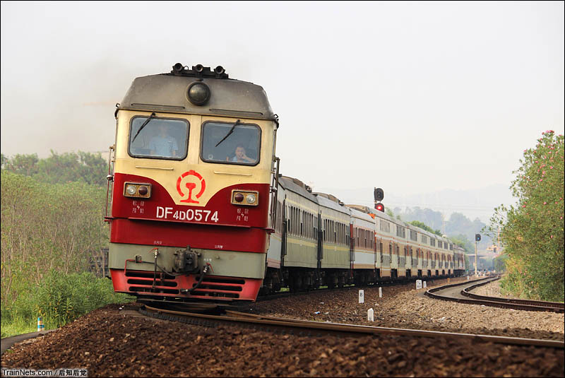 2016年7月30日下午。广东梅州。广梅汕铁路。广铁龙段DF4D牵引K6541驶出梅州站去往兴宁站。(图/后知后觉)