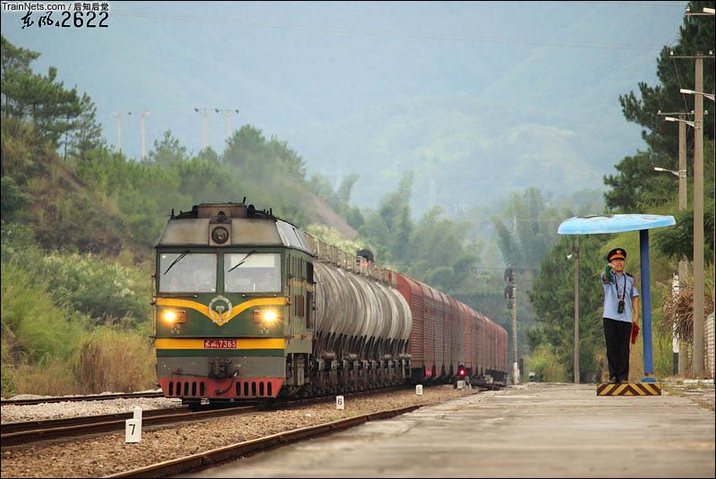 2016年8月15日下午。漳龙线。广铁龙段特色DF4B7365号牵引44505次两道通过交会42016次。(图/后知后觉)