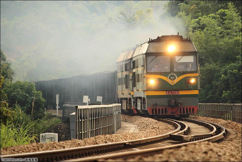 2016年9月17日。漳龙线。下午,广铁龙段特色方头东风4补机牵引42006次松口站接近。(图/后知后觉)