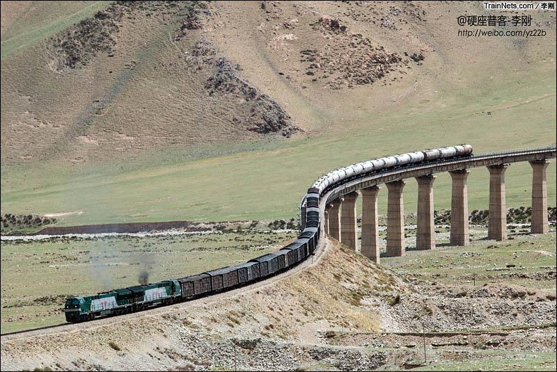 2014年6月。南疆线。双机HXN5牵引货列驶下德文托盖大桥。(图/李刚)