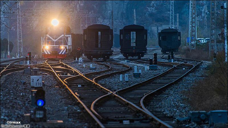 2014年11月9日。北京丰沙铁路。四道全满的落坡岭站。(图/李睿)
