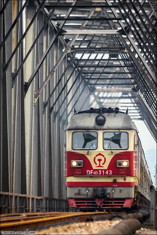 2016年6月9日。广西贵港,黎湛线郁江铁桥,下行客车通过。(图/Lxy2009)