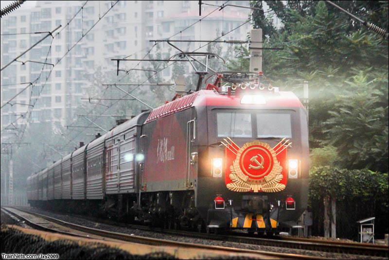 """2016年7月23日。北京,广渠门内,HXD3D-1921""""共产党员号""""担当K20次(满洲里-北京)国际列车即将驶入北京站。(图/Lxy2009)"""