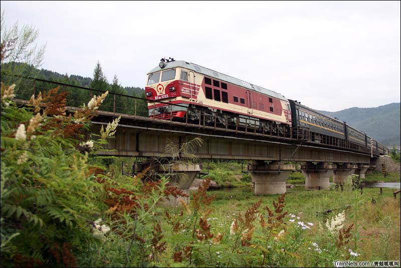 2016年8月。哈局三段DF4DK牵引K7109次(牡丹江-北安)从横道河子出站。(图/青蛙呱呱叫)