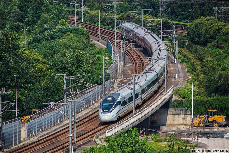 2016年7月23日。CRH380D担当G7112(上海虹桥-南京)即将驶入南京站。(图/轻轻飞翔26)