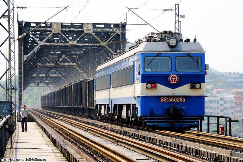 2016年5月12日。HXD3CC牵引货列通过渝黔线重庆白沙沱长江大桥。(图/上局合段K8386)