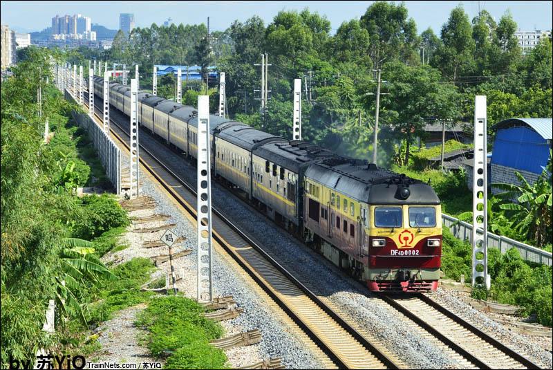 2016年8月16日。广西玉林市大北路铁路立交桥。DF4D-0002牵引T80次(上海南-南宁)通过正在改造的黎湛线。(图/苏YiQ)