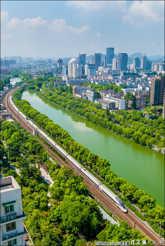2016年8月14日。G7354次(杭州-常州)驶出杭州站。(图/沈文强)
