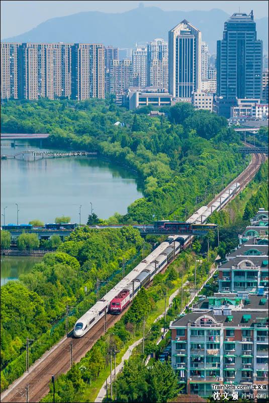 2016年8月14日。行驶在笕杭线上的宁杭沪半环G7392次(南京南-上海虹桥)与Z9次(北京-杭州)交汇。(图/沈文强)