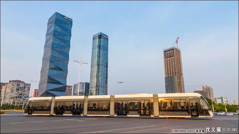 2016年7月29日。南京有轨电车1号线通过江东中路河西大街口,即将驶入元通站。(图/沈文强)