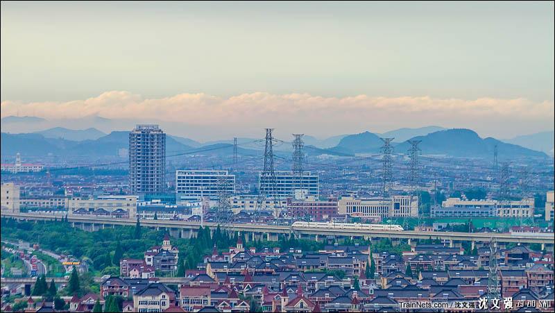 2016年7月5日。宁杭本线车G7613次(南京南-杭州东)行驶在宁杭高铁的余杭仁和段。(图/沈文强)